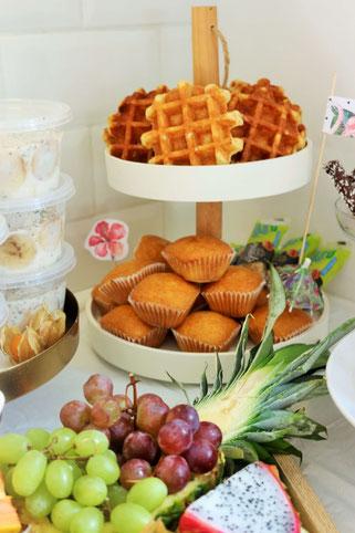 Bild: Ideen für eine Tropical Sommer Party - So einfach eine schöne tropische Party mit DIY Deko, Essen und Getränken für jeden Anlass umsetzen und feiern // Mini Muffins und Waffeln als tropische Partyfood und Party Snack Idee // www.partystories.de