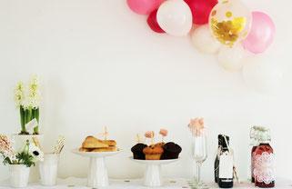 Bild: Ideen zum Valentittsag feiern, moderne Tea Time Party als Galentinesday mit den Mädels