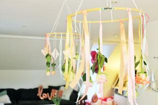 Bild: Valentinstag Deko Idee zum selbermachen - hängende Deckendekoration aus Stickrahmen, Blumen und Seidenband umsetzen