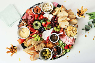 Bild: Ideen und Rezepte mit Erdbeeren, Blog Partystories // Partyfood Platte Grazingboard/Charcuterie Board als Käseplatte