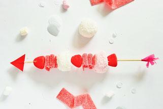 Bild: Valentinstag Geschenk Idee zum selber basteln: DIY Süßigkeiten Spieß, Süßes verschenken Idee