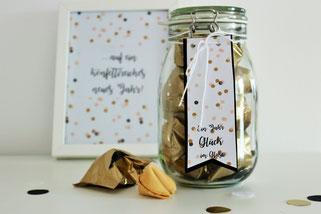 Bild: Ideen für Silvester und die Silvesterparty, DIY Geschenk Glück im Glas mit Glückskeksen, Glückskekse schön verpacken