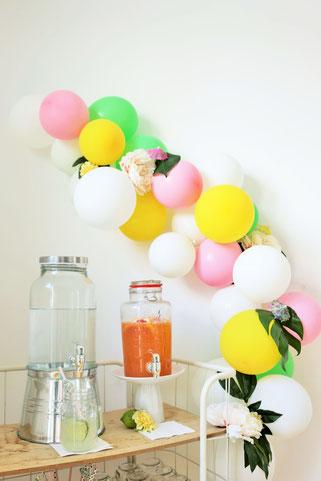 Bild: Ideen für eine Tropical Sommer Party - So einfach eine schöne tropische Party mit DIY Deko, Essen und Getränken für jeden Anlass umsetzen und feiern // tropische Getränkestation und Limobar Deko mit Getränkespendern // www.partystories.de
