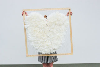 Bild: DIY Deko für die Party oder Hochzeit selber machen - finde kreative Ideen für schöne Dekoration zum selber basteln auf www.partystories.de // DIY Papierfalter und Papierfächer als Deko basteln Anleitung