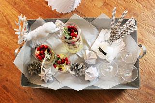 Bild: Ideen für Silvester und die Silvesterparty, Rezept für leckere fruchtige Bowle als Winter Sangria Cocktail mit Weißwein, Orangen und Cranberries
