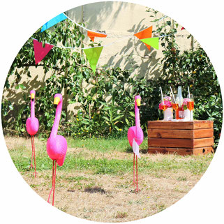 Bild: Flamingo Ringe werfen Party Spiel Idee – das Partyspiel für Erwachsene und Kinder, perfekt für eine Sommerparty, Gartenparty, Grillparty oder den Geburtstag im Garten! Jetzt auf partystories.de entdecken