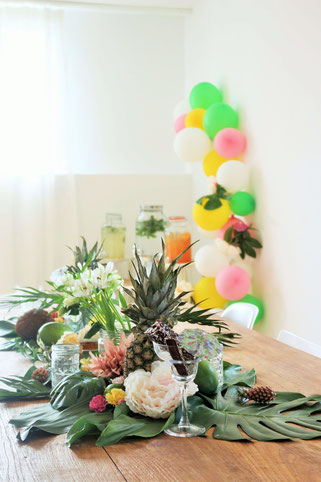 Bild: Ideen für eine Tropical Sommer Party - So einfach eine schöne tropische Party mit DIY Deko, Essen und Getränken für jeden Anlass umsetzen und feiern // tropische DIY Tischdeko als Tischläufer // www.partystories.de