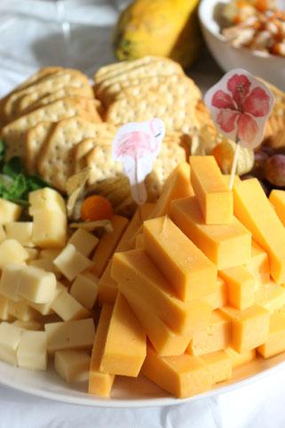 Bild: Ideen für eine Tropical Sommer Party - So einfach eine schöne tropische Party mit DIY Deko, Essen und Getränken für jeden Anlass umsetzen und feiern // Käseplatte als tropische Partyfood und Party Snacks Idee // www.partystories.de