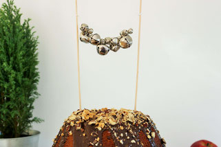 BIld: DIY Weihnachtsdeko - Kuchen Topper für Advent und Weihnachten aus Glöckchen einfach selber machen.