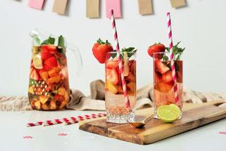 Bild: Ideen und Rezepte mit Erdbeeren, Blog Partystories // Rezept für Sommer Sangria mit Erdbeeren, Aprikosen, Limetten, Rosé Wein