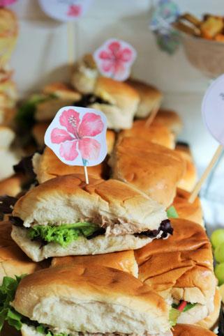 Bild: Ideen für eine Tropical Sommer Party - So einfach eine schöne tropische Party mit DIY Deko, Essen und Getränken für jeden Anlass umsetzen und feiern // Sandwiches als tropische Partyfood und Party Snacks Ideen // www.partystories.de