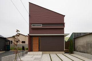 とんがり屋根の住宅