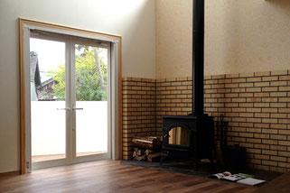 大屋根と暖炉の住宅