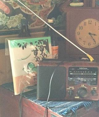 絵本の前に置いてあるのはラジオでしょうか? アナログ生活と松本作品は相性が良さそうですね!