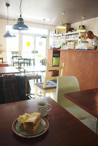 コンビーフとポテトのサンド。コーヒーカップはNORTH LAKEオリジナルです
