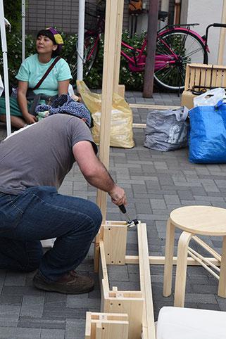 実は一箱店主用のテントはなんと主催者の一人Kさんが自作し貸し出してくれたのです!しかもこのミニテント、釘を使わないユニット式で組み立て・解体・収納が用意!みんなで「コレ、レンタルした方がいいよ〜!」と絶賛でした!