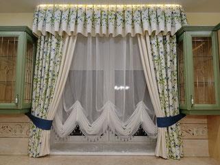 Еще одно нестандартное решение декорирования окна. Разноуровневые карнизы обыгрывают особенности помещения.