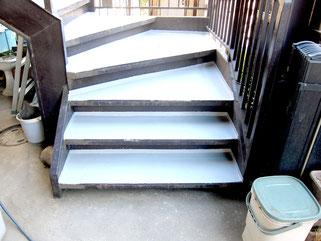 階段も防水塗装できれいになりました