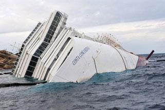 """Kapitän Schettino setzt die """"Costa Concordia"""" auf einen Felsen vor Giglio, das Schiff kentert. Schettino erweist sich als Feigling, flieht als einer der Ersten von Bord."""