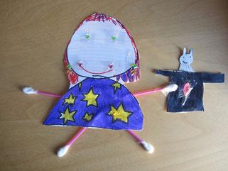 Diese wunderbare Wattestäbchen-Zauberin hat meine Nichte Paula (6 Jahre) ganz alleine für mich gebastelt! Da habe ich mich wirklich gefreut. Bastelt und malt Ihr auch so gerne wie Paula? Dann freue ich mich auf Eure Bilder!