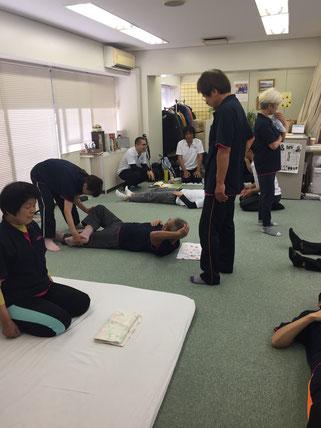しんそう京都研修会では、手足のバランスから身体の歪みをチェック、調整していく療法を学べます。
