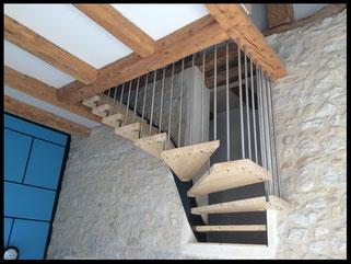 Escalier suspendu quart tournant, fabrication sur mesure, fabrication française