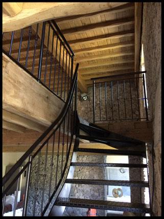 Escalier tout métal, sur mesure, avec barrières métalliques.