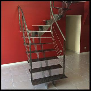 Escalier tout métal, vue de face. Fabrication française, sur mesure.