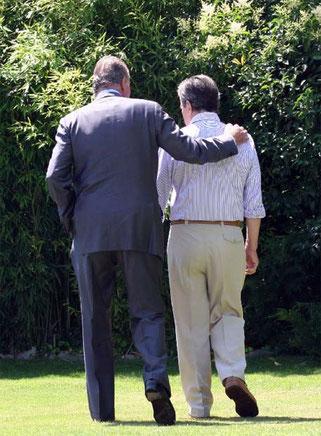 Última foto pública de Adolfo Suárez, en la que el expresidente camina con el Rey Juan Carlos I