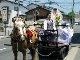 結婚式には自分たちの馬車で登場