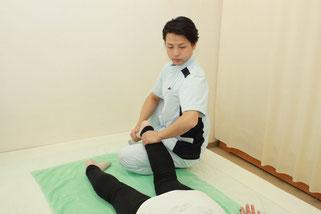 足関節をゆっくりと回旋して下肢から臀部を調整します
