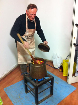 Elio Carlani prepr il suo vin brulé