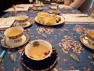 オリジナルのブレンドハーブとお菓子をご用意。<風の家>のご主人が素敵なカップ&ソーサーに淹れてくださいます。