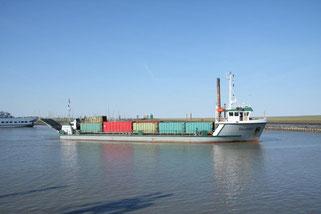 MS Störtebeker beladen mit Abfallcontainern