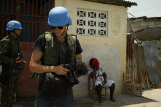 "Dennis Weinert mit UN Blauhelmen in Haiti für die Dokumentation ""World in Distress"", Foto: Weinert Brothers"