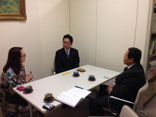 島田議員にFKJとシャーリックの相互協力のご説明をする高崎理事長と伊藤会員