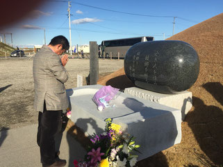 閖上の慰霊碑に献花をするFKJ長島会員