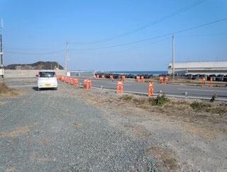 建設中の新しい防潮堤と道路