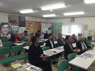 女川の情報館にて職員の方からの今後の復興計画の説明を受ける参加者