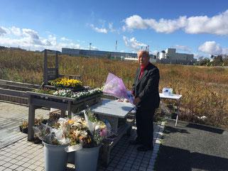 石巻の門脇小学校の慰霊碑の前で献花するFKJ石井会員