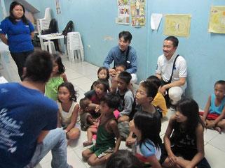 ICANのドロッップインセンターで教育を受ける子供達