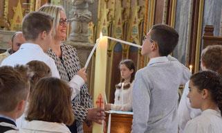 En rappel de leur baptême, et sous le regard bienveillant et amusé de Laurence, catéchiste à Plouigneau, les jeunes ont reçu la lumière pascale.