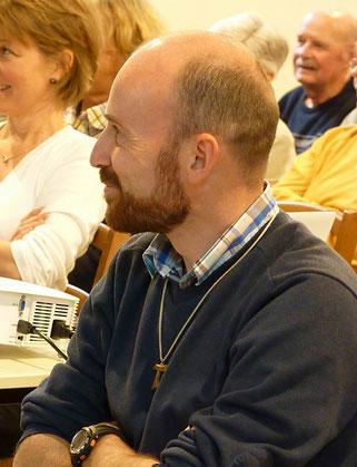 17-Un Père Daniel attentif et souriant à tous les souvenirs évoqués par les uns et autres...
