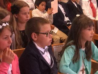 Les enfants, très attentifs pendant l'homélie du P. Yves Tano