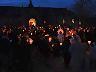 1.1-La célébration démarre de nuit, à l'extérieur de l'église (ici Plougasnou)