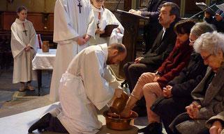 Lavement des pieds, lors de la célébration du jeudi Saint, à St Matthieu (Morlaix)
