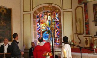 Le père Corentin bénit les vitraux de la chapelle Christ