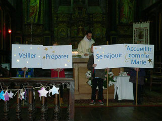 Veiller, Préparer, Se réjouir, Accueillir comme Marie : portés devant l'autel par les enfants pour ouvrir la célébration de la veillée Noël, des mots qui parlent à chacun d'Amour et de partage