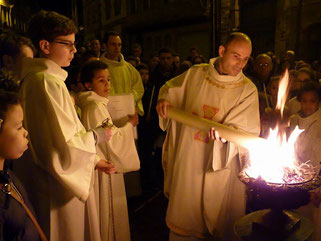 P. Daniel de Kerdanet allume le cierge pascal (Eglise St Mathieu-Morlaix)