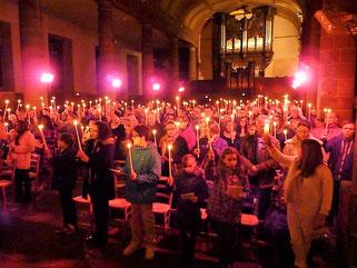 Chacun a reçu la lumière du cierge Pascal (Eglise St Mathieu -Morlaix)
